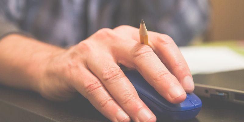 Mano haciendo clic en un mouse azul